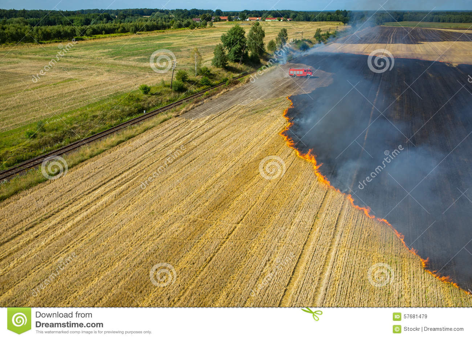 Camion de pompier travaillant au champ sur le feu