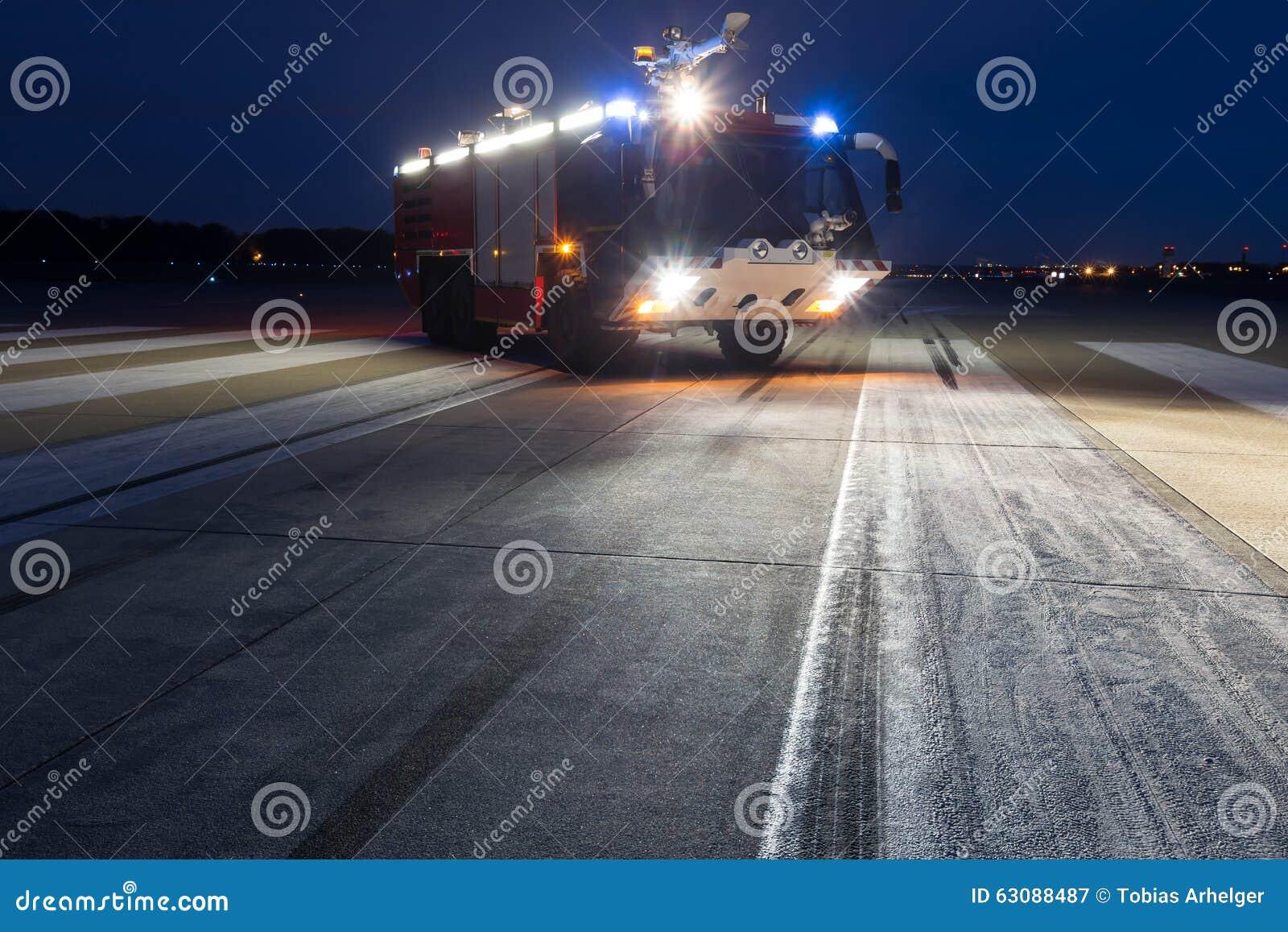 Download Camion De Pompiers D'aéroport Le Soir Image stock - Image du urgence, appareil: 63088487