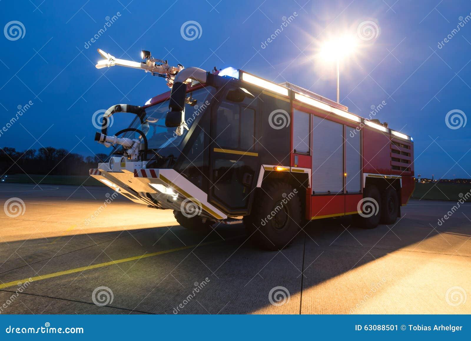 Download Camion De Pompiers D'aéroport Le Soir Image stock - Image du sauvetage, appareil: 63088501