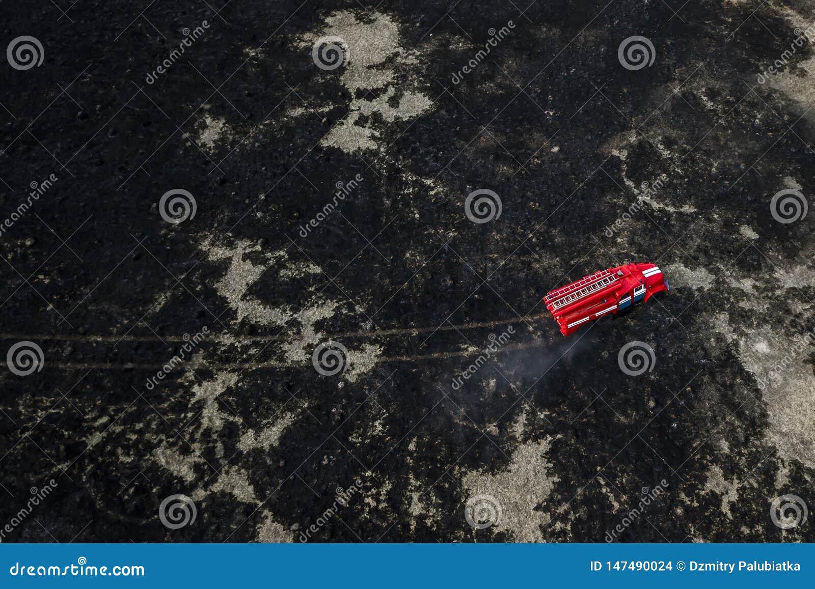 Camion de pompiers sur la vue a?rienne du feu