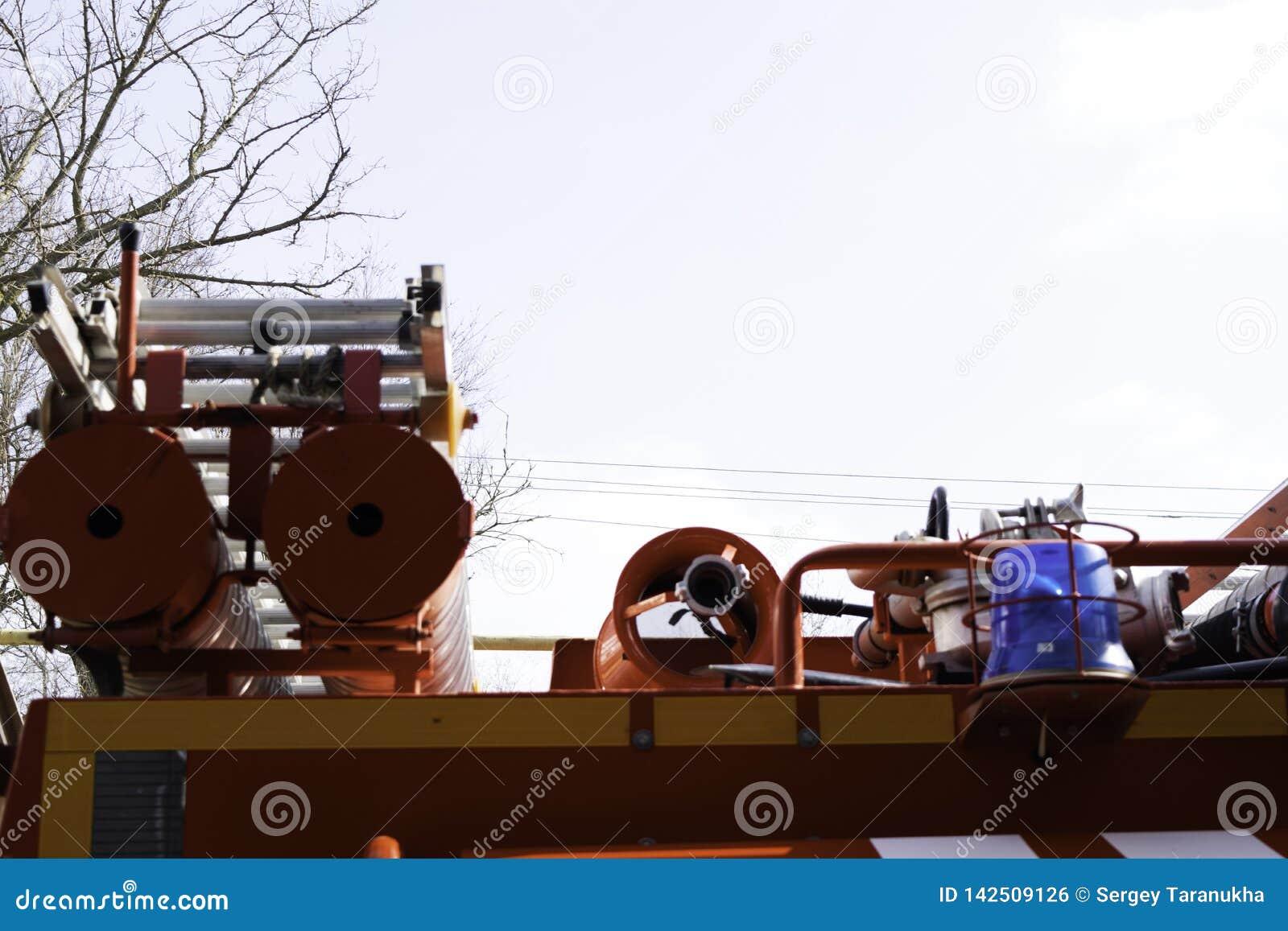 Camion de pompiers, vue arrière des boîtes métalliques pour transporter des tuyaux d aspiration avec des sorties de secours attac