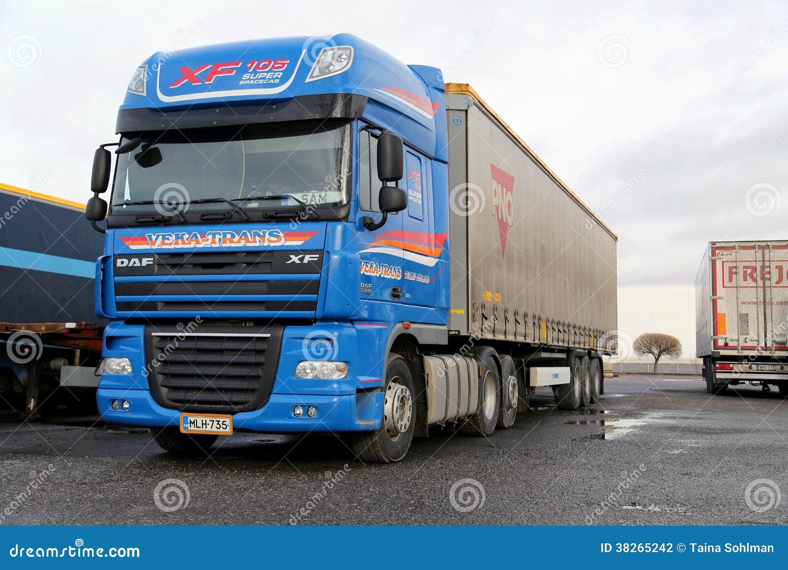 Camion de transport superbe bleu de la DAF XF long