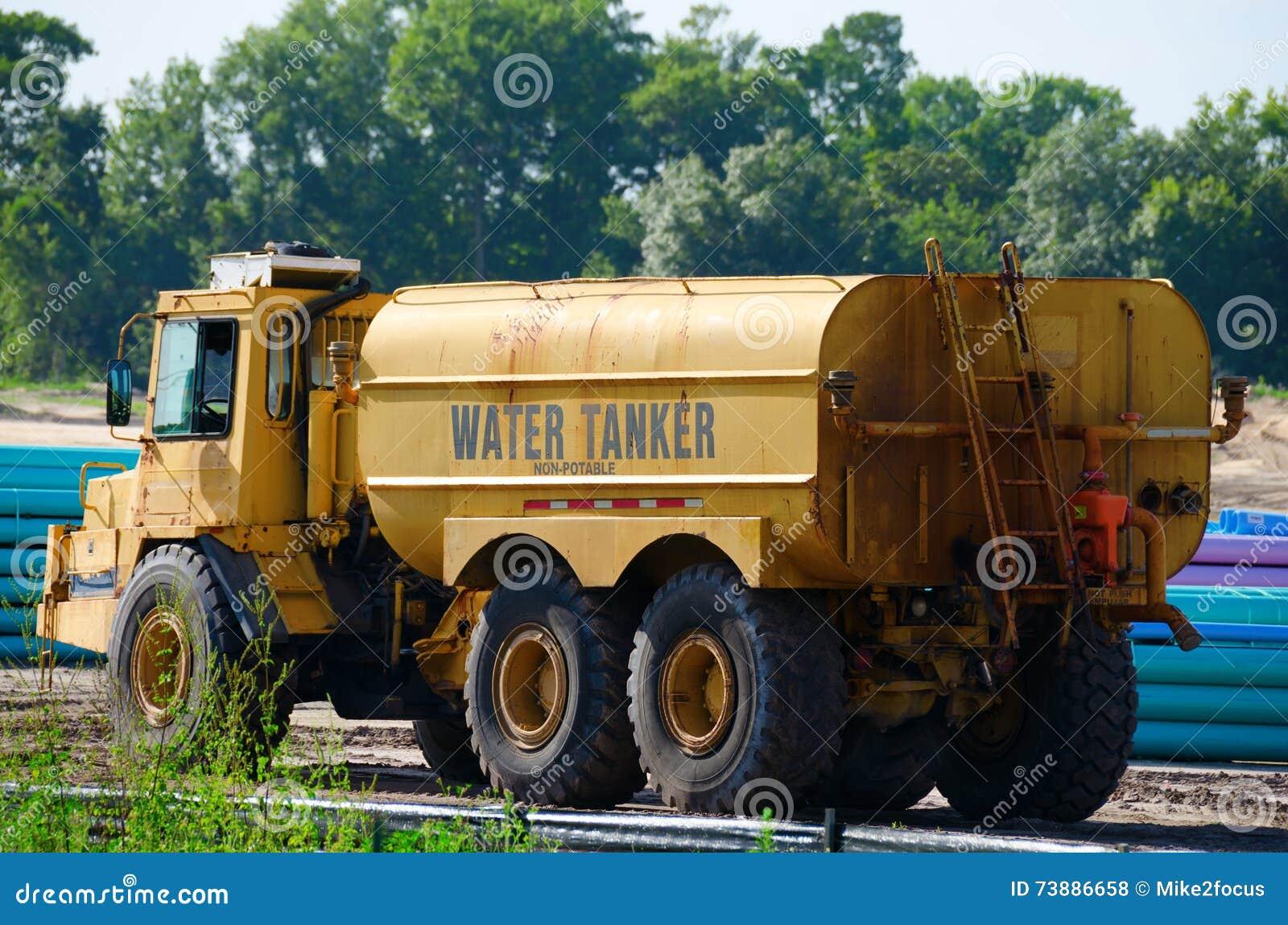 Camion de Word de bateau-citerne de l eau au chantier de construction
