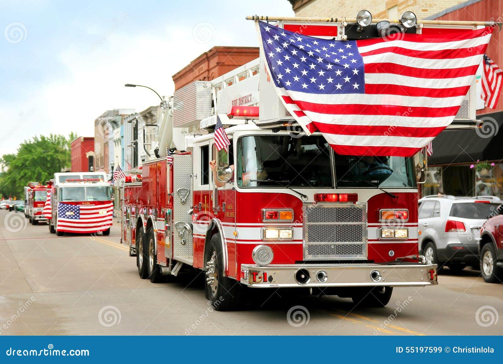 Camion dei vigili del fuoco con le bandiere americane alla parata della cittadina