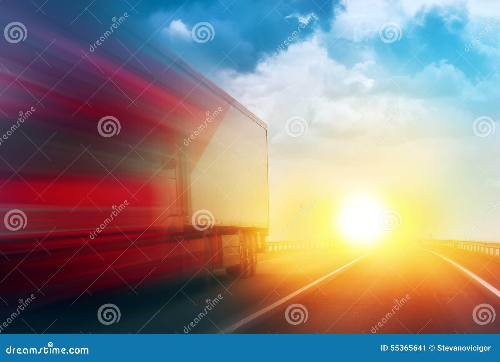 Camion di consegna d accelerazione del trasporto sulla strada principale aperta
