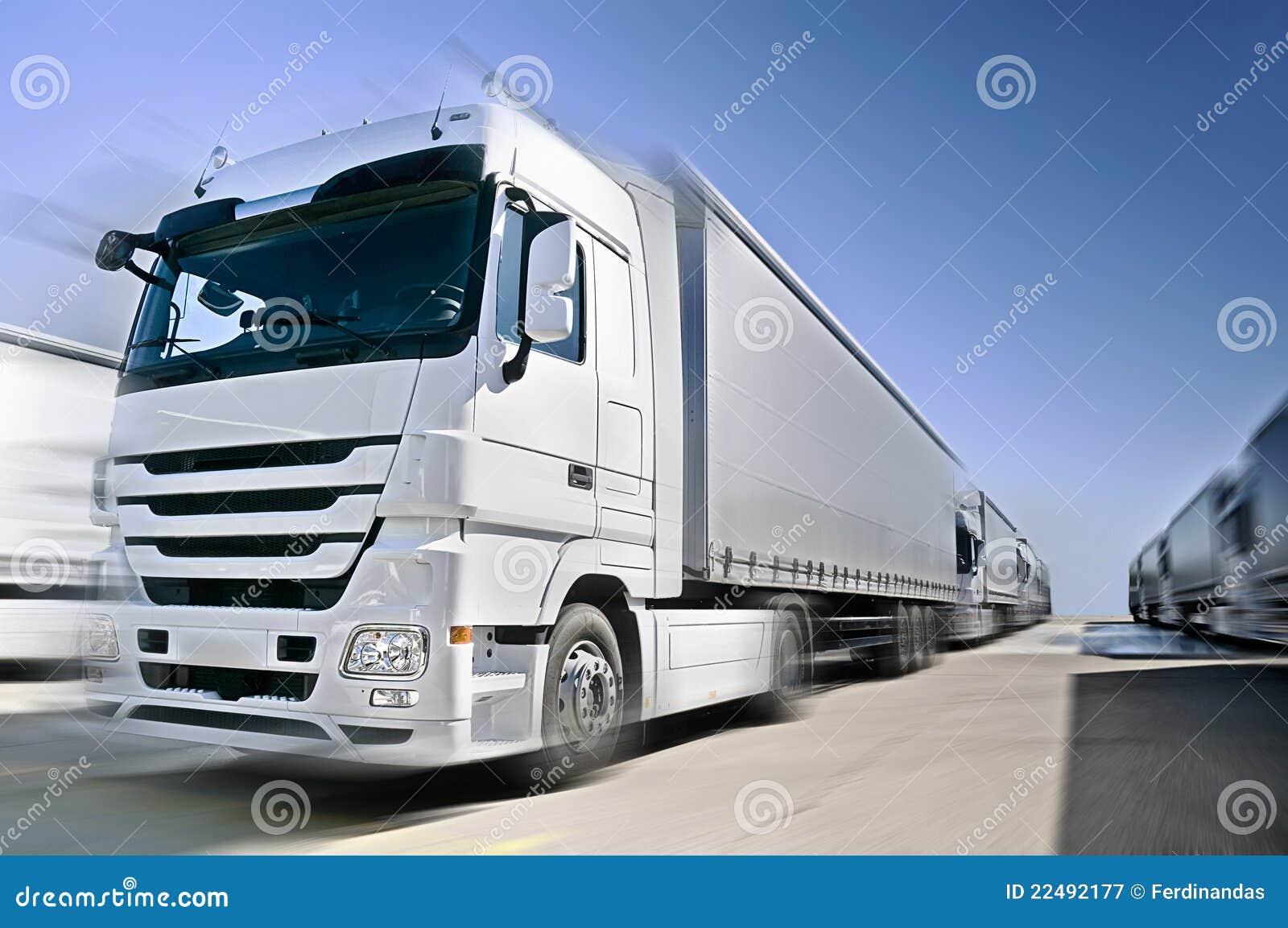 Camion européen moderne avec le convoi de semis-remorque en fonction