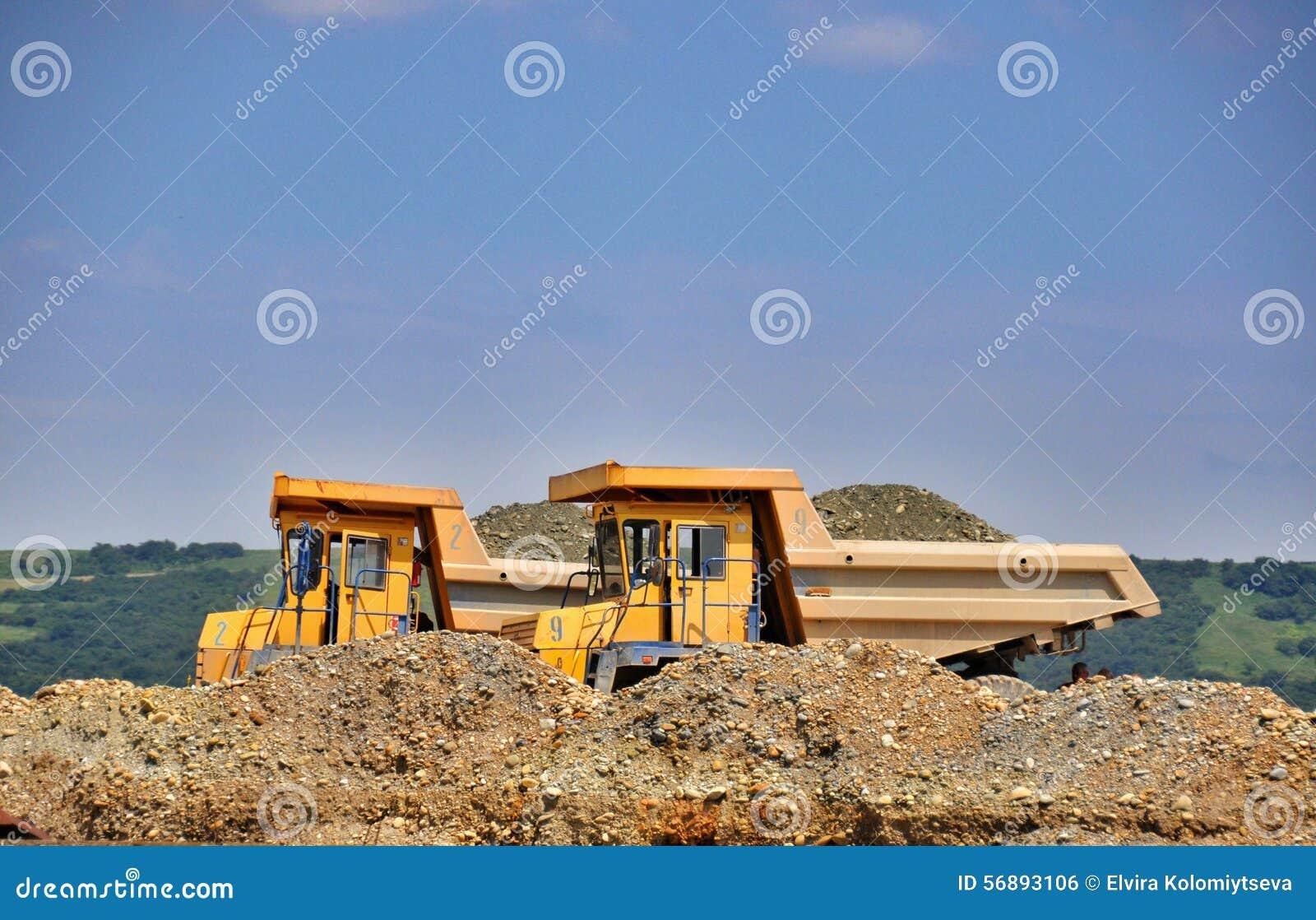 Camion giallo due con ghiaia