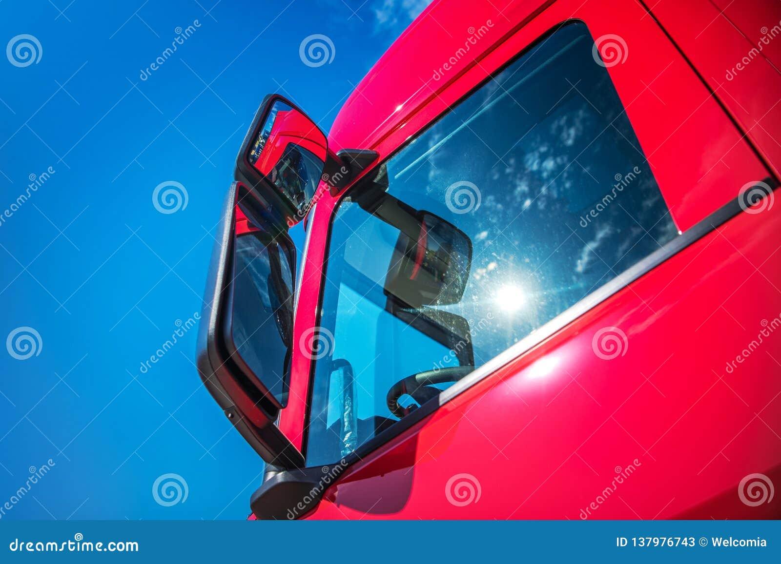 Camion moderno rosso dei semi