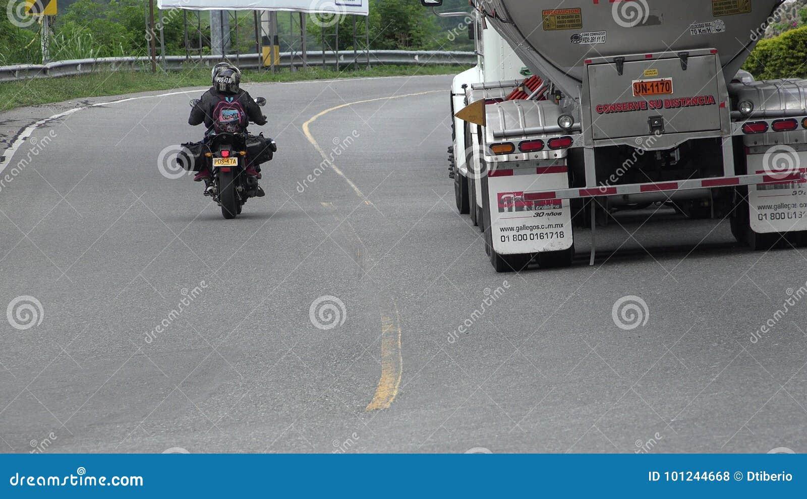 Camion movente pericoloso dell olio e del motociclo