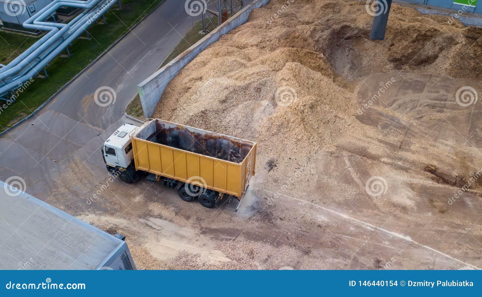 Camion près d une pile de sciure, la vue du bourdon
