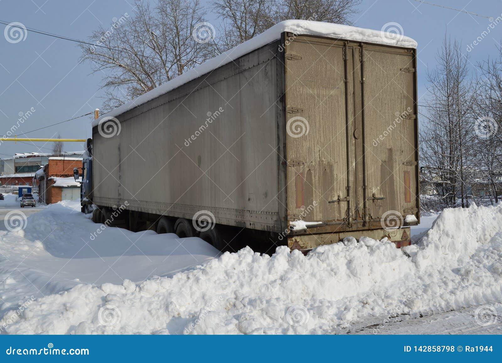 Camion Réfracteur Sali avec la neige Dérives de neige, routes non épluchées Dérives infranchissables de neige