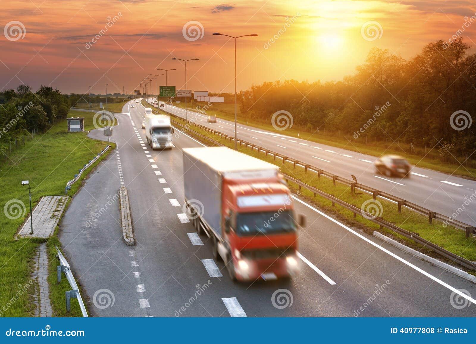 Camion rosso nell ora di punta sulla strada principale