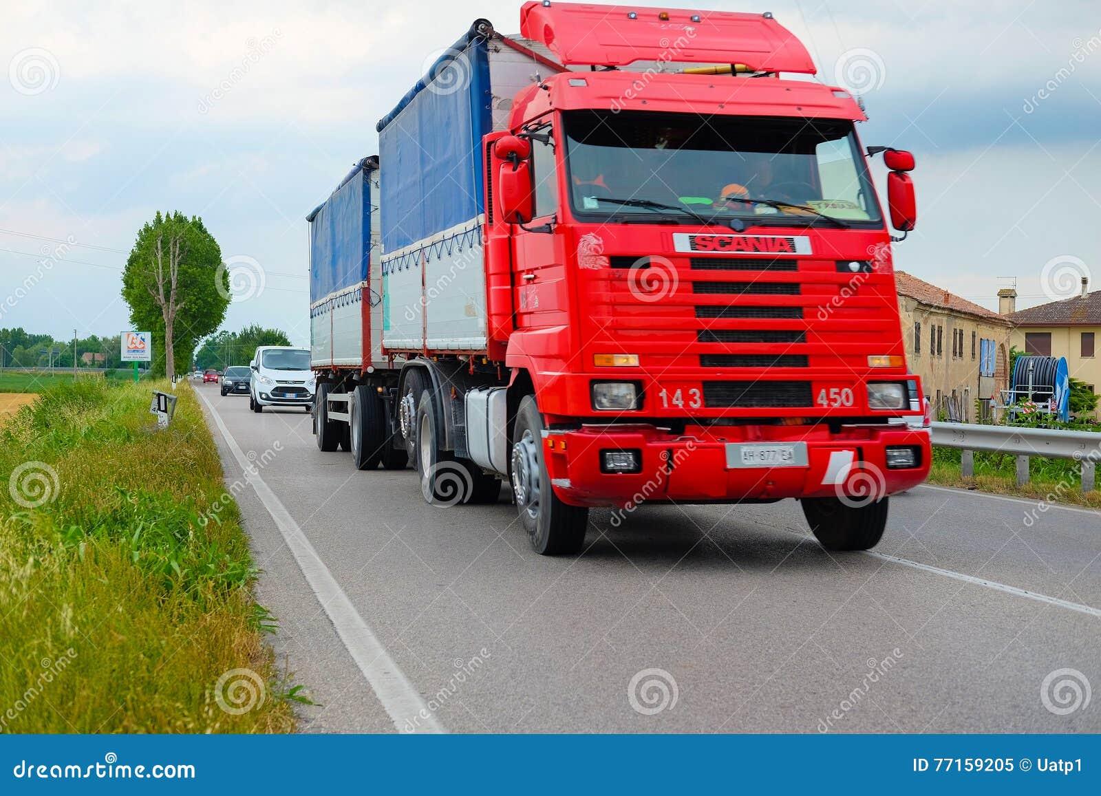 Camion sur une route à Rovigo