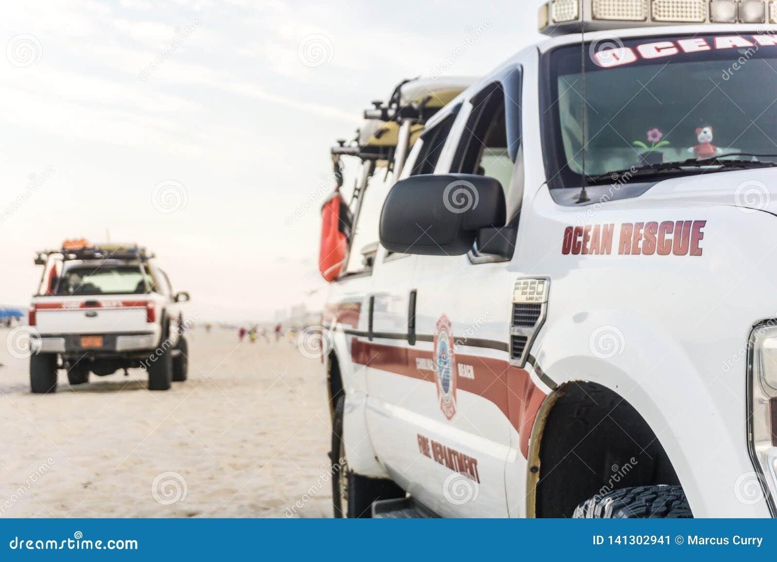 Camiones de la patrulla de la playa del rescate del océano