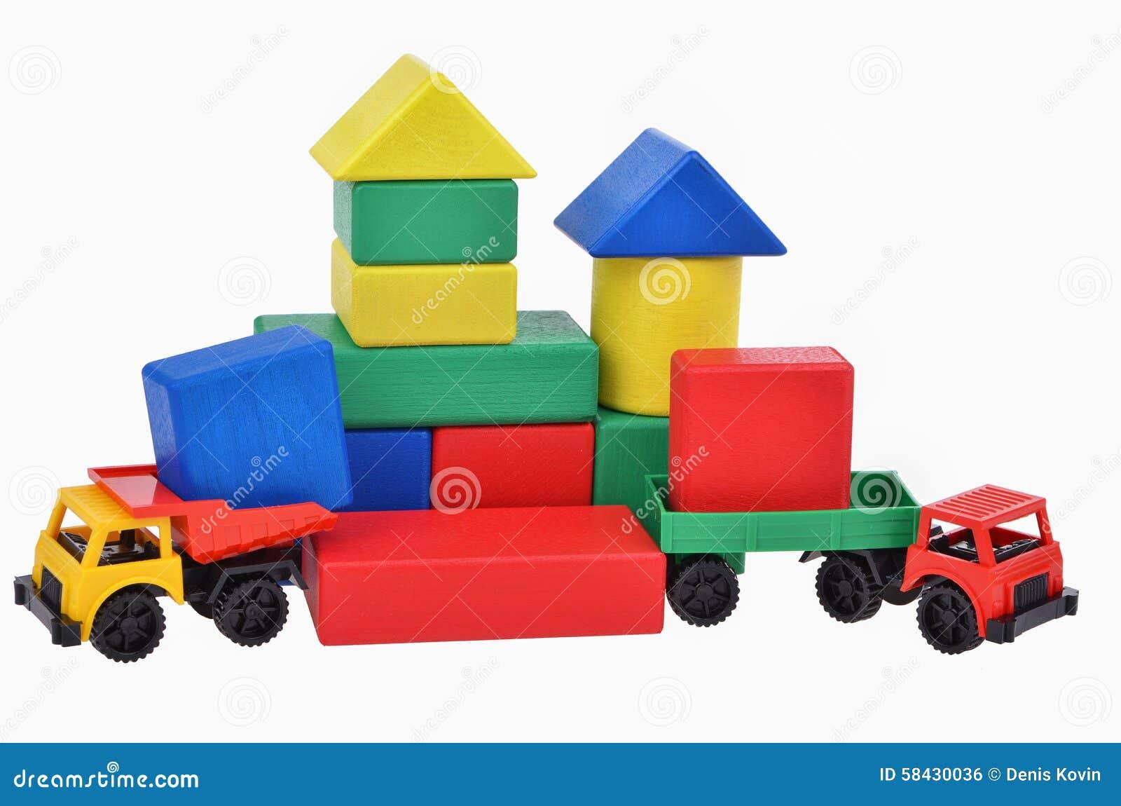 Camiones Plásticos Del Juguete Con La Torre De Madera De Los Cubos ...