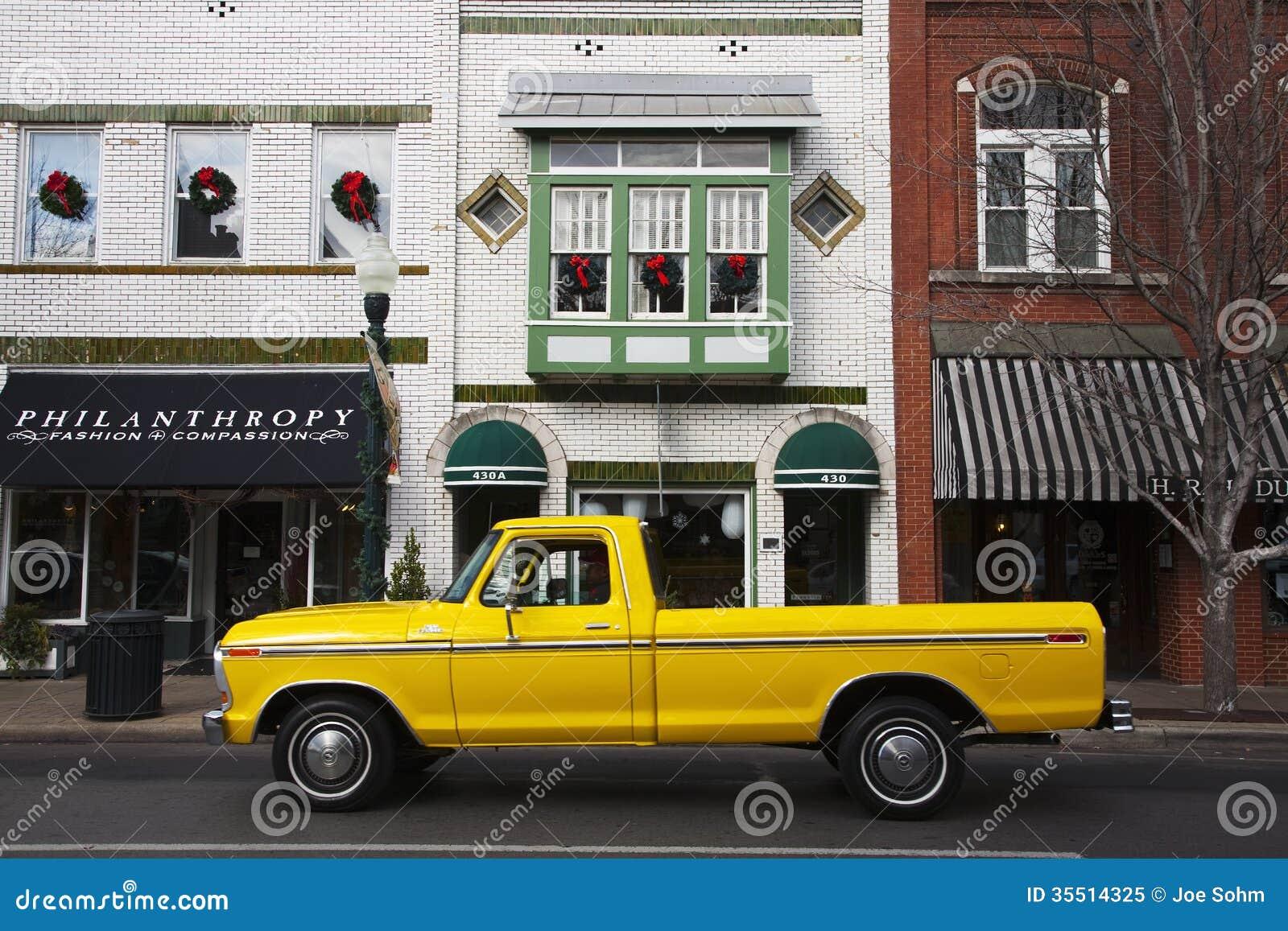 Camionete amarelo antigo em Franklin