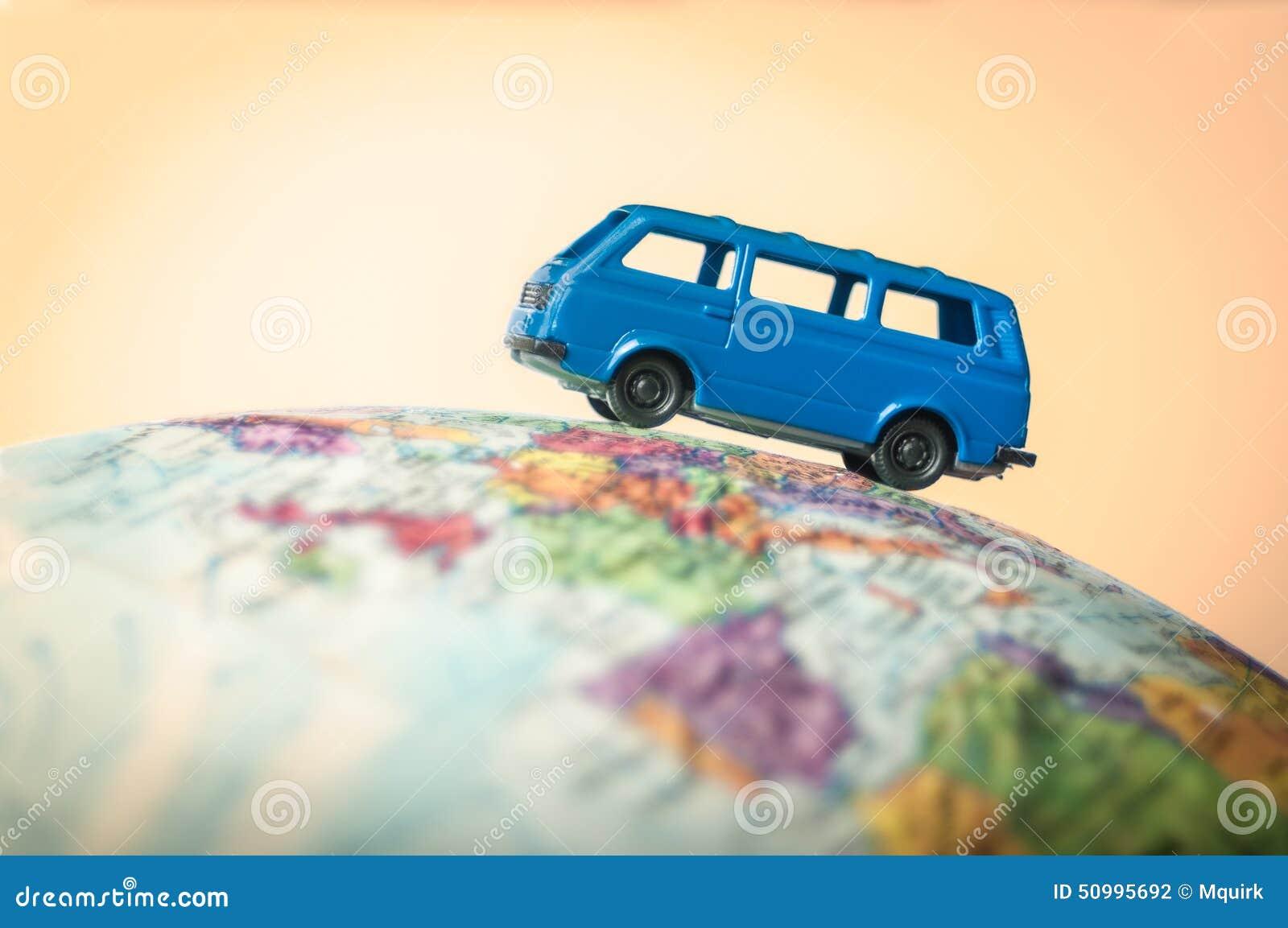 Camionete de campista em um globo