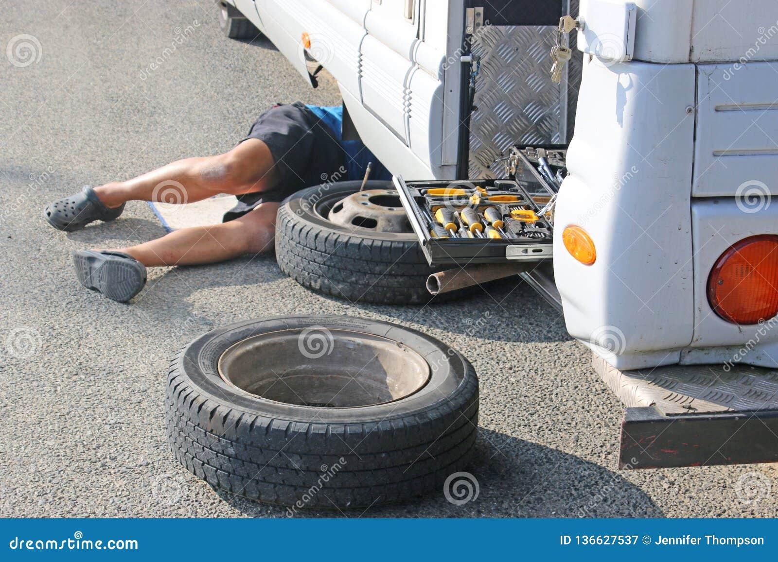 Camionete de campista que manda uma roda mudar