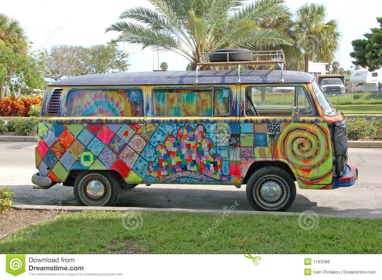 Camionete de Volkwagen com grafittis do hippie