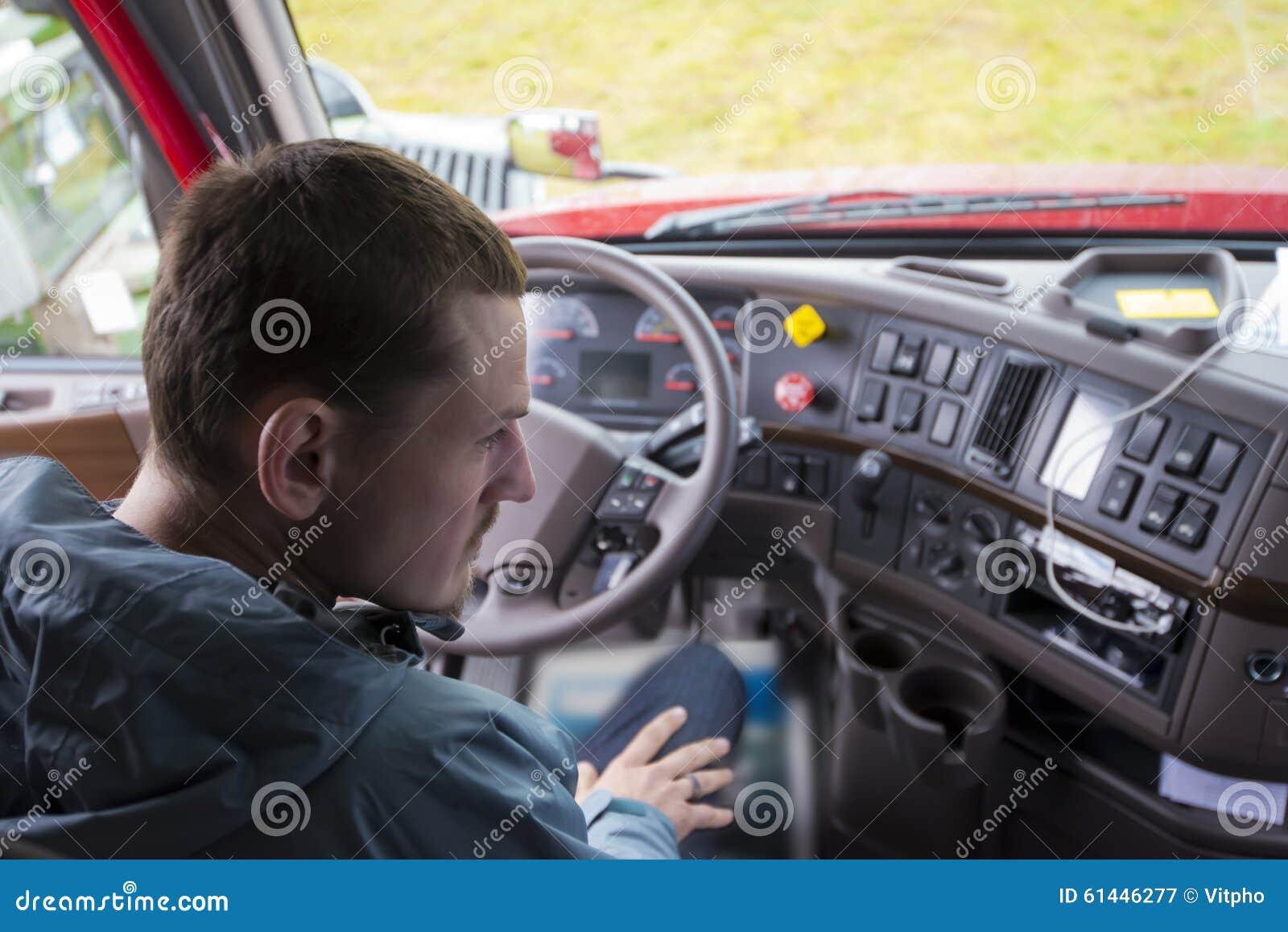 Camionista semi no táxi do caminhão com painel moderno