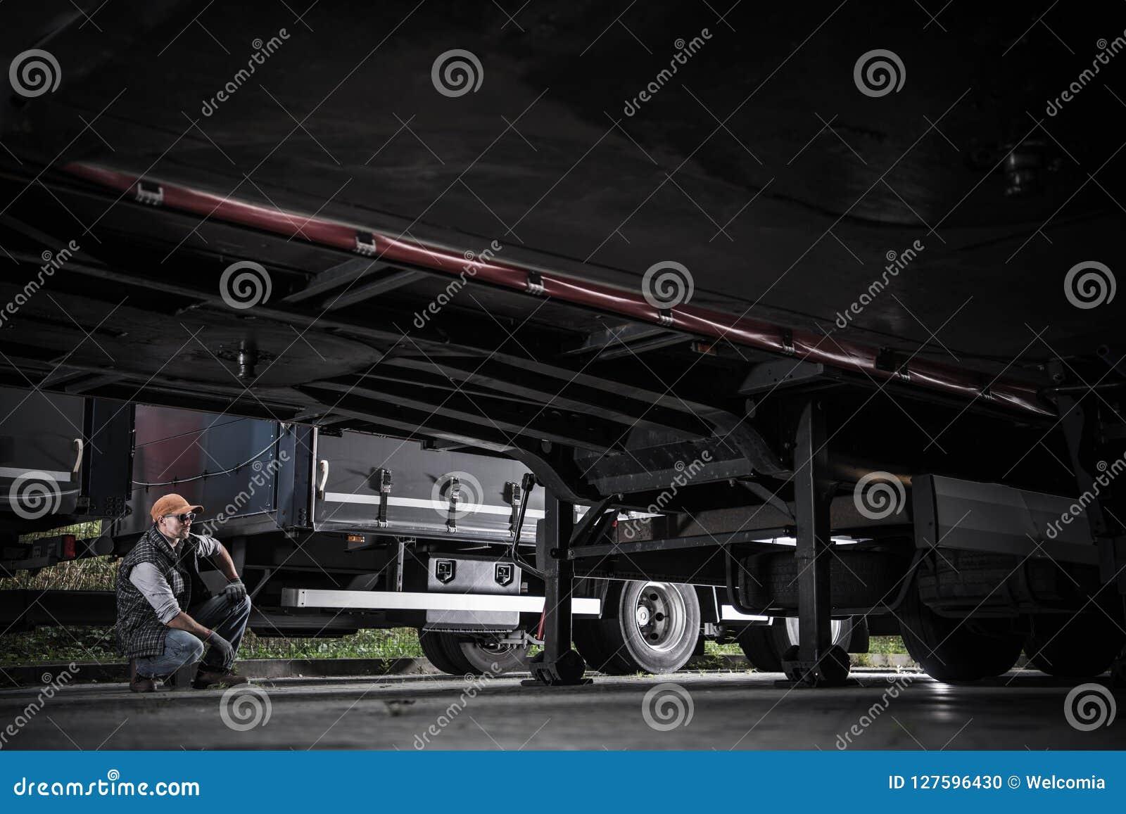 Camionneur vérifiant des remorques