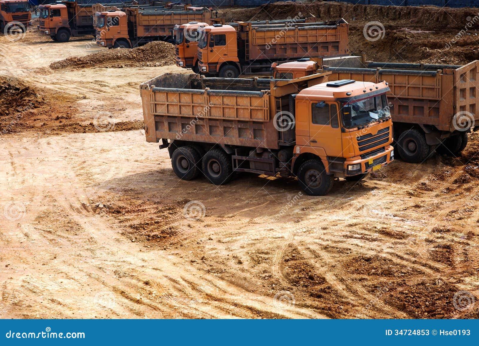 Camions au chantier de construction image stock image du for Chantiers de construction