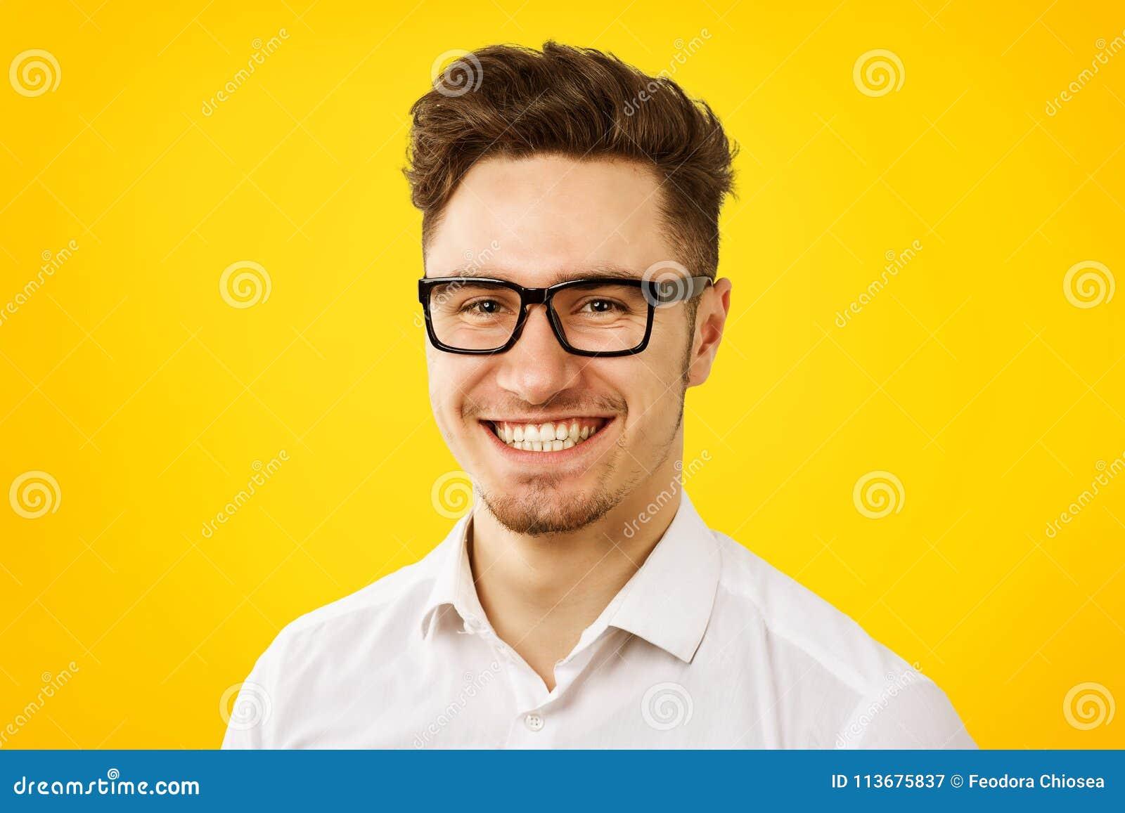 Camisa branca vestindo engraçada e vidros do homem novo