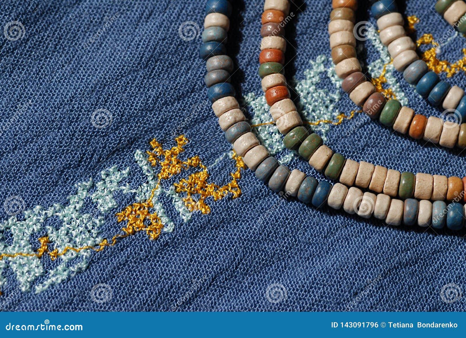 Camisa del dril de algodón de las mujeres, adornada con bordado y gotas de cerámica