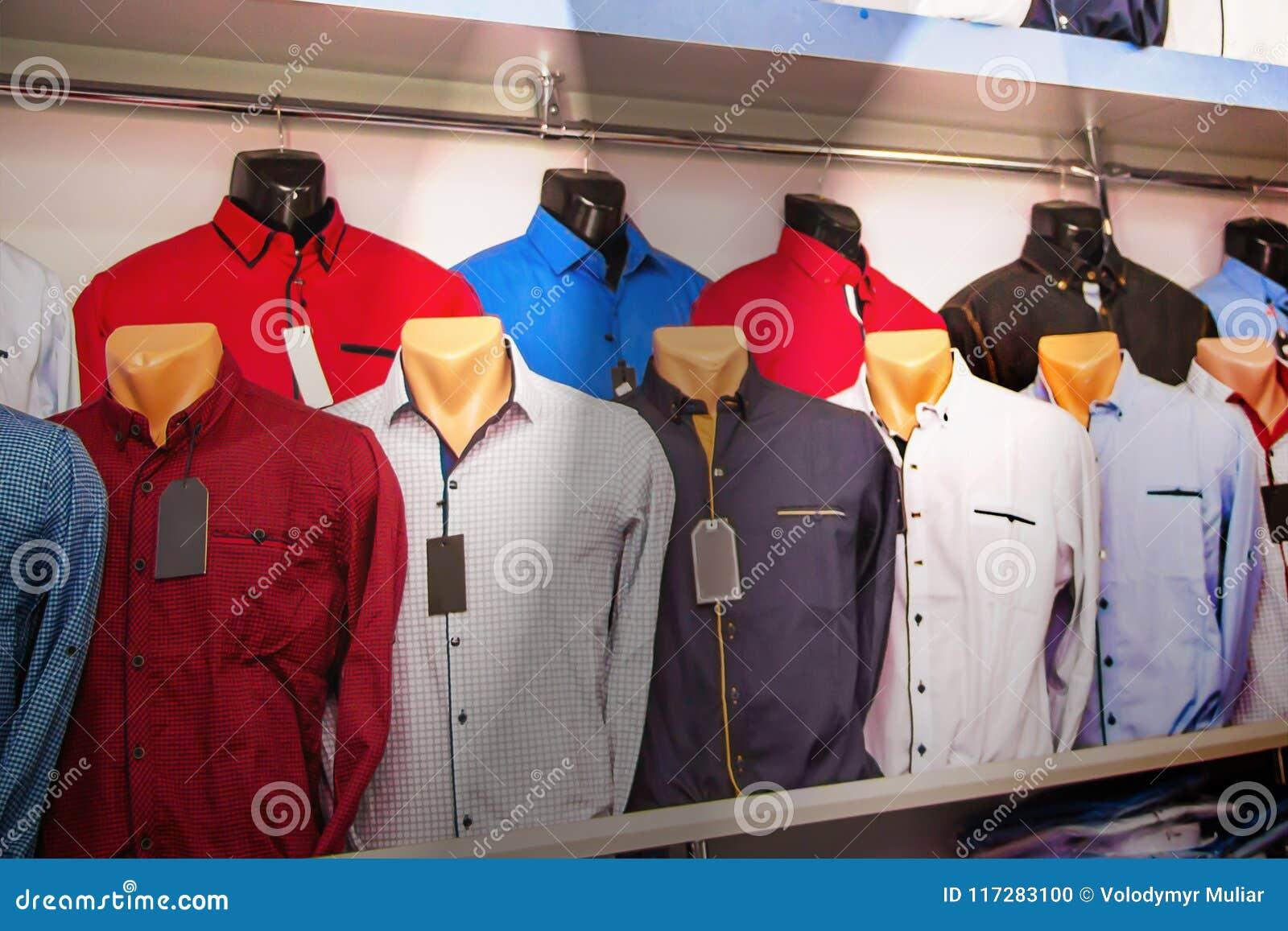 f6af7d51cf Camisa Em Manequins Na Loja De Roupa Do ` S Dos Homens Roupa à Moda ...