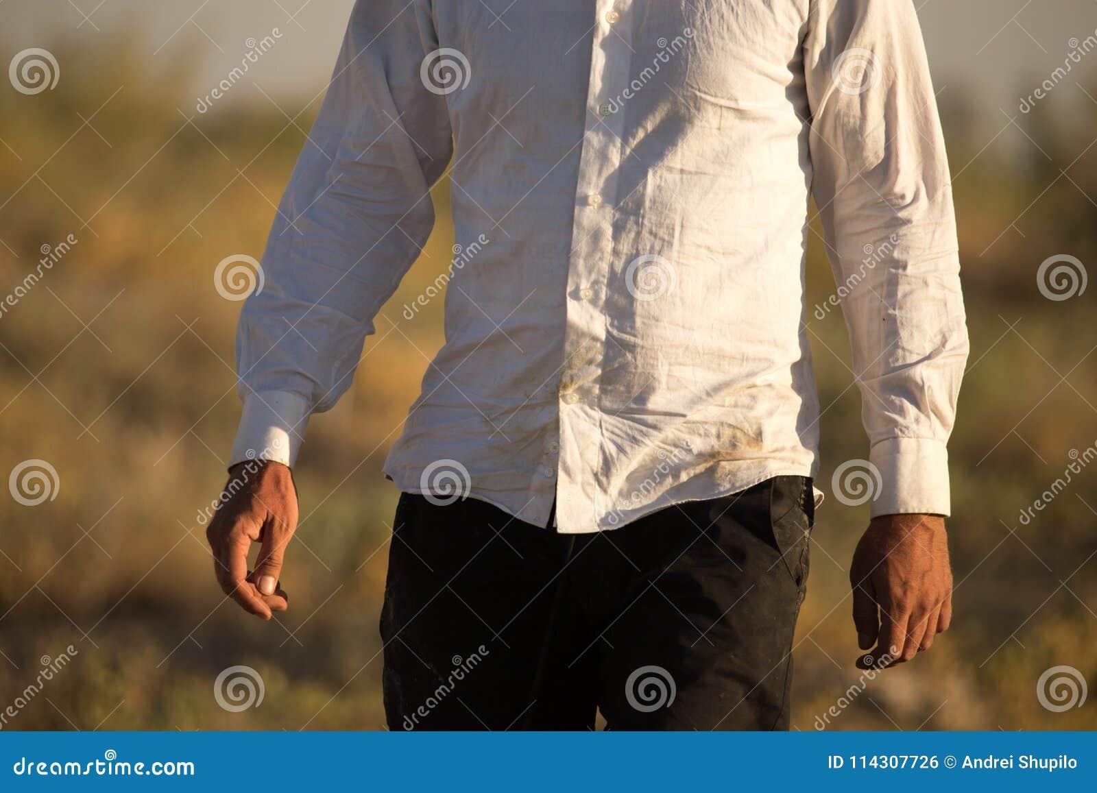 Camisa suja branca em um homem na natureza