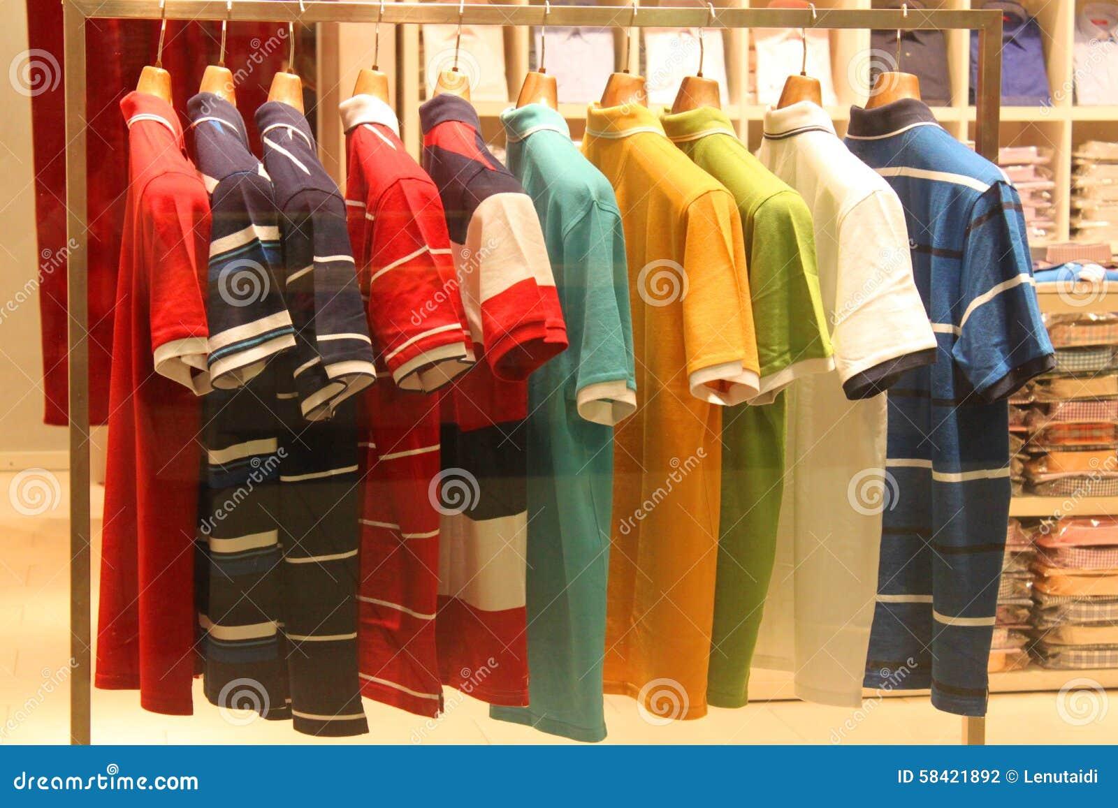 Camisas em ganchos