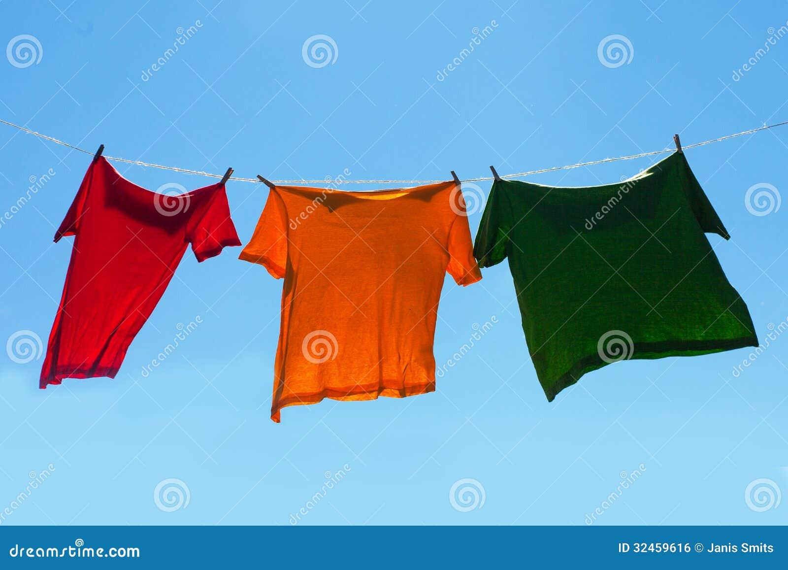 Camisas en cuerda para tender la ropa.