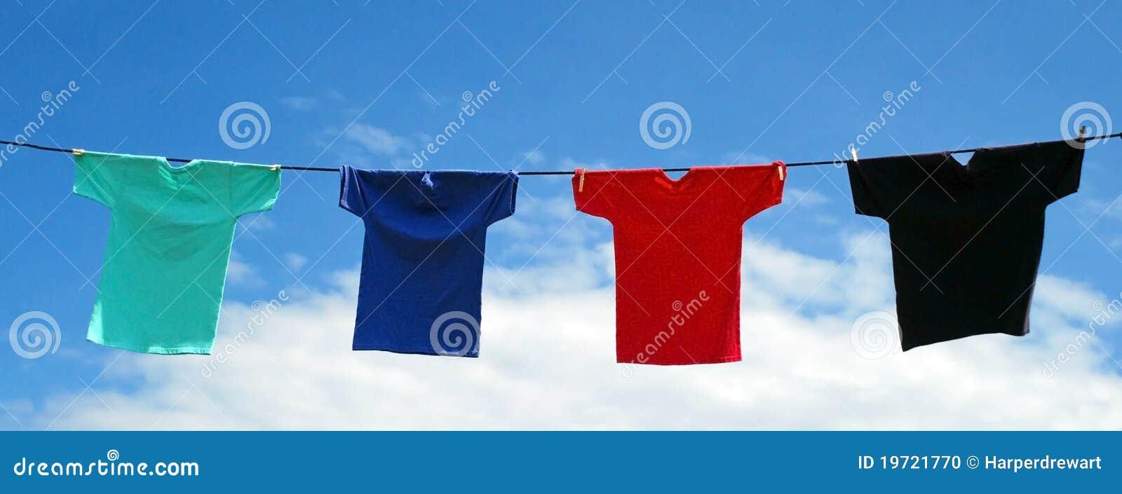 Camisas vibrantes em uma linha