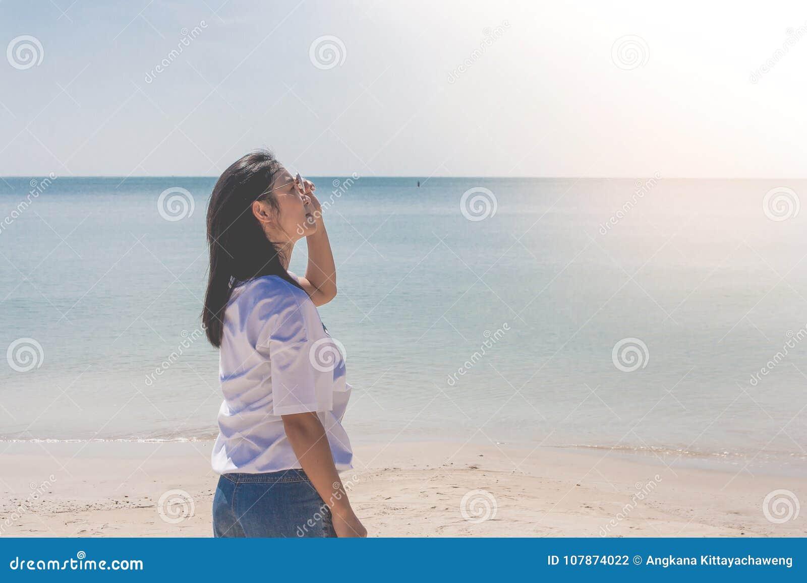 Blanca Que Coloca Se En Lleva La MujerElla De Camiseta lJuF51cK3T