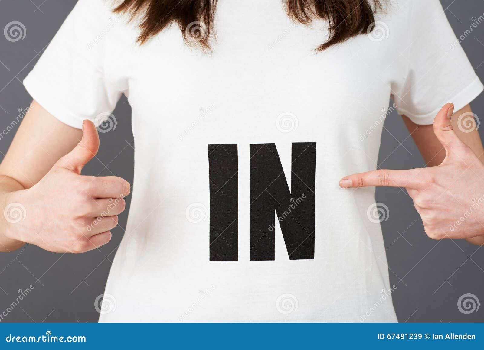 Camiseta que lleva del partidario de la mujer joven impresa con EN lema