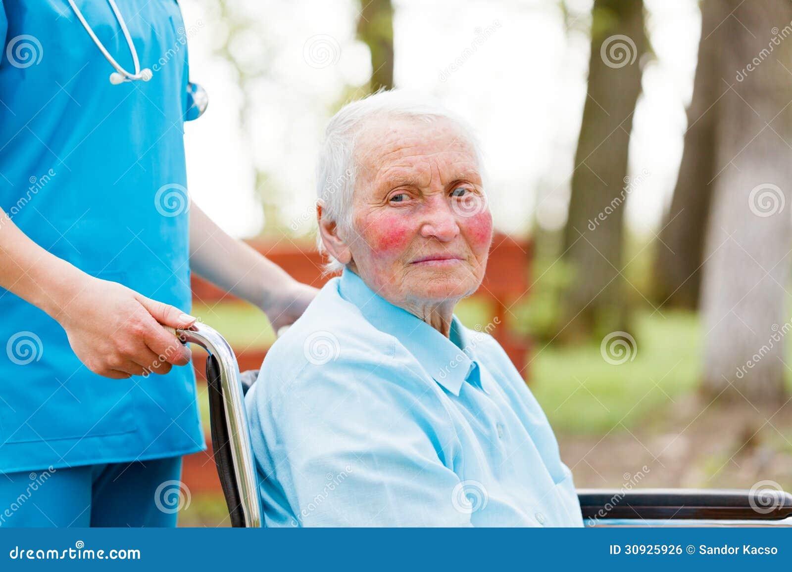 Camminando Con Una Signora Anziana In Sedia A Rotelle