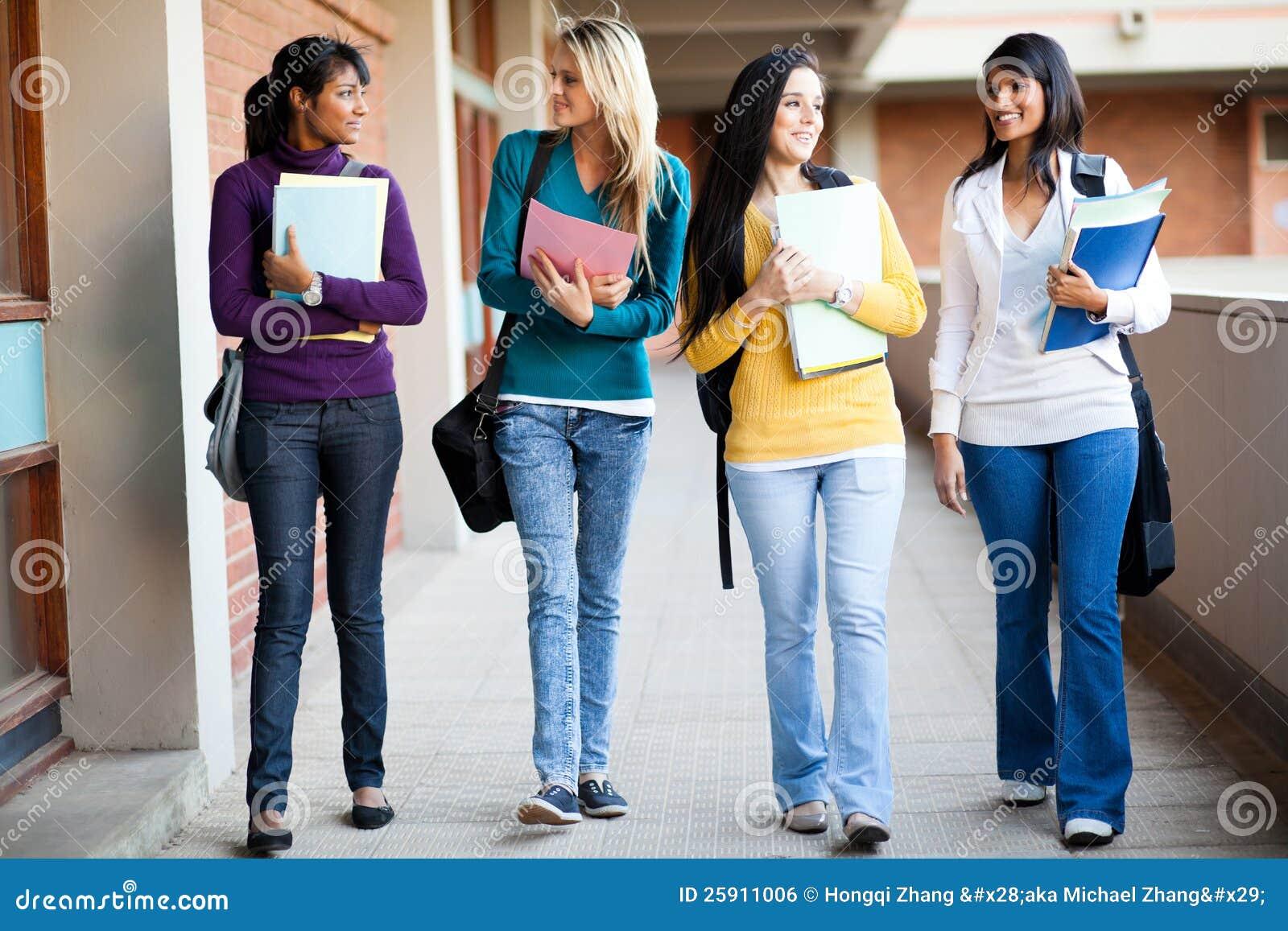 Camminare degli studenti di college