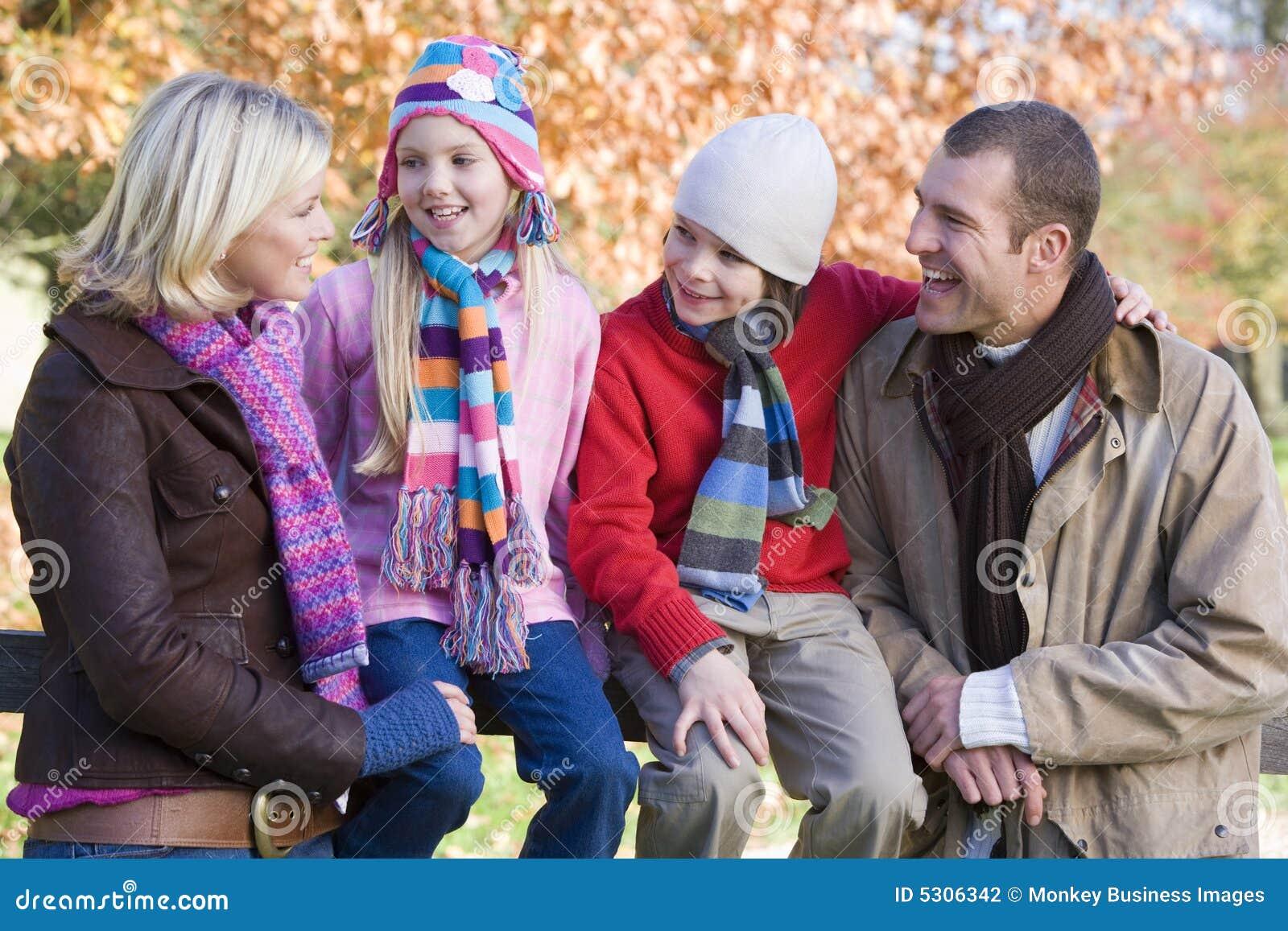 Download Camminata Della Famiglia Di Autunno Fotografia Stock - Immagine di vestiti, lifestyle: 5306342