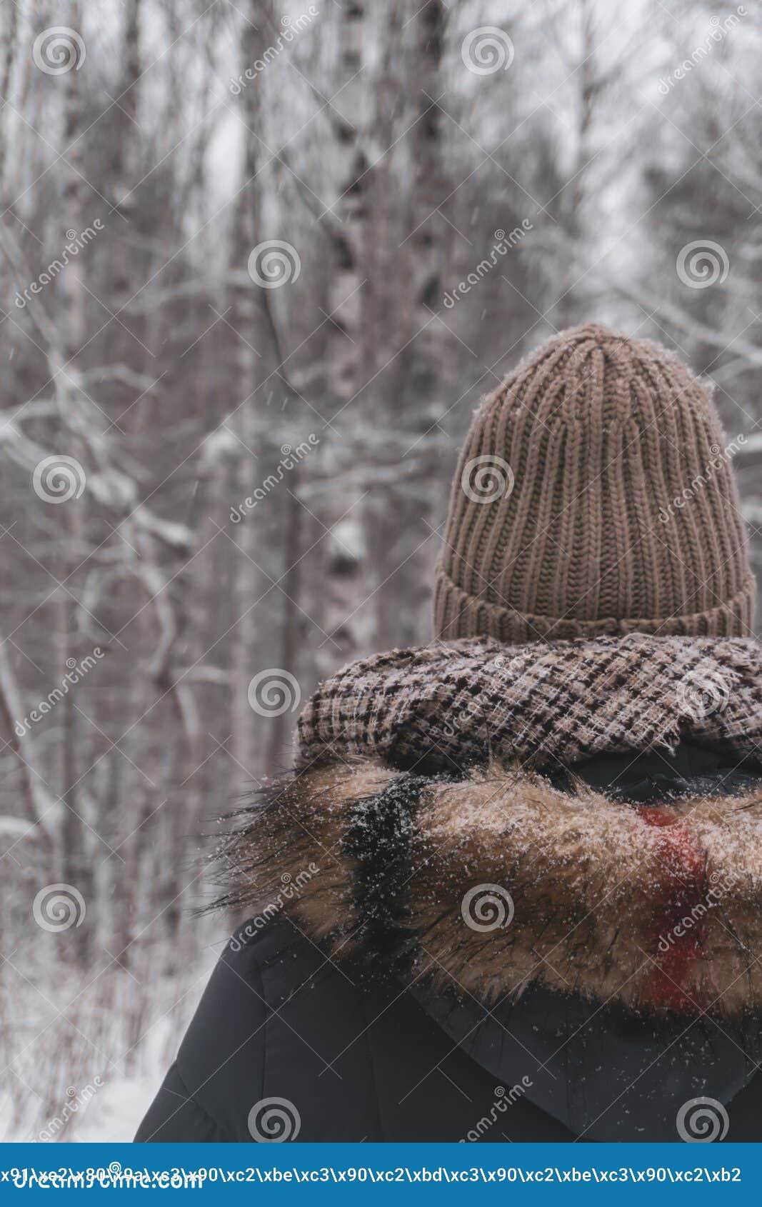 Camminata nella foresta di inverno
