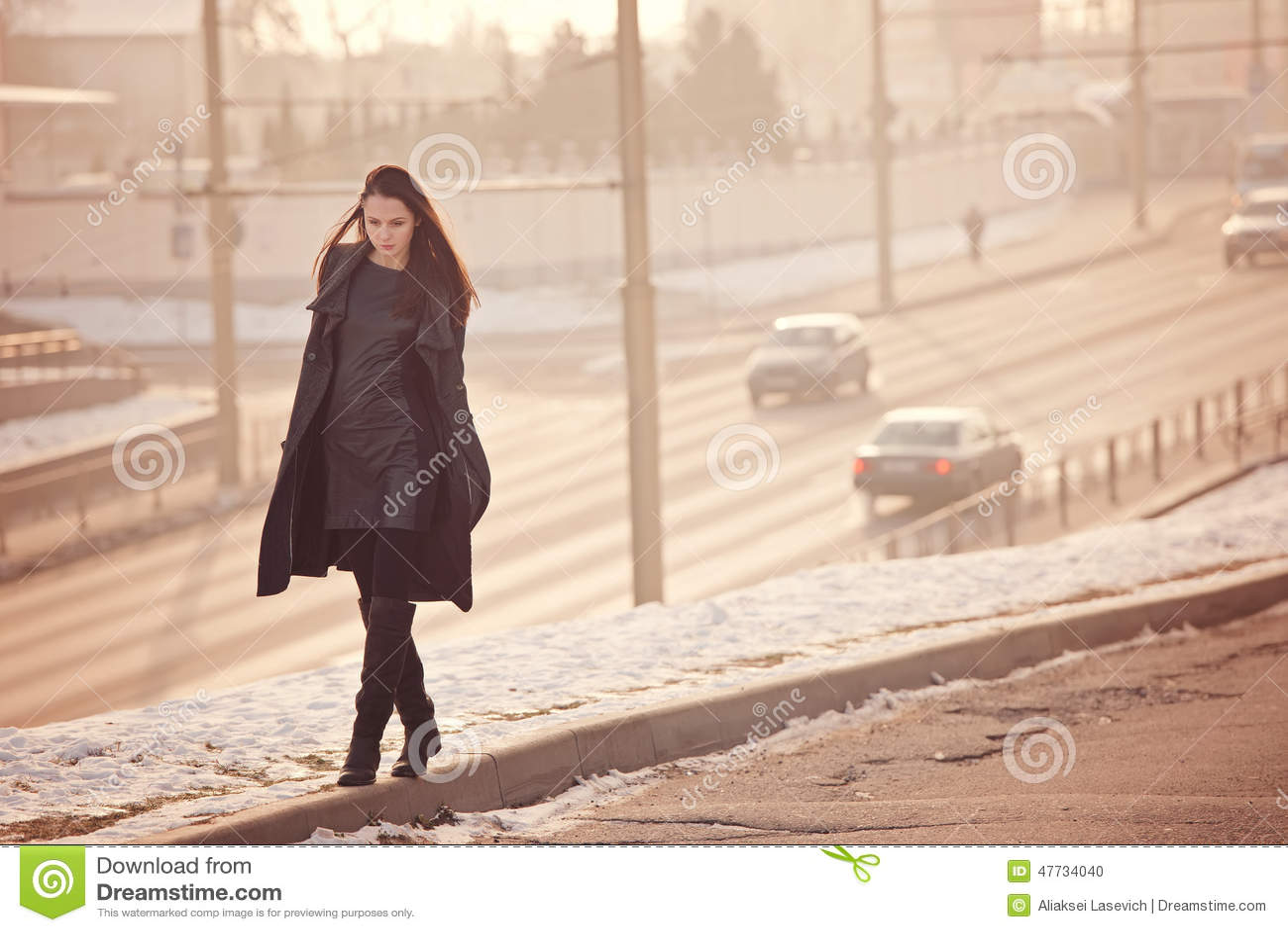 Camminata triste sola della ragazza