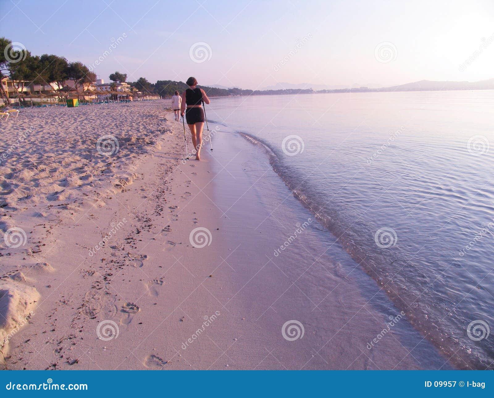 Camminatore nordico alla spiaggia