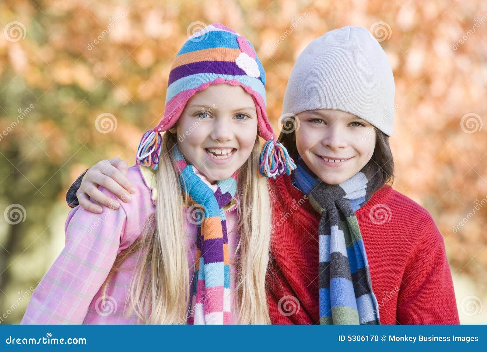Download Campagna Dei Bambini Di Autunno All'aperto Che Gioca Fotografia Stock - Immagine di amico, gioco: 5306170