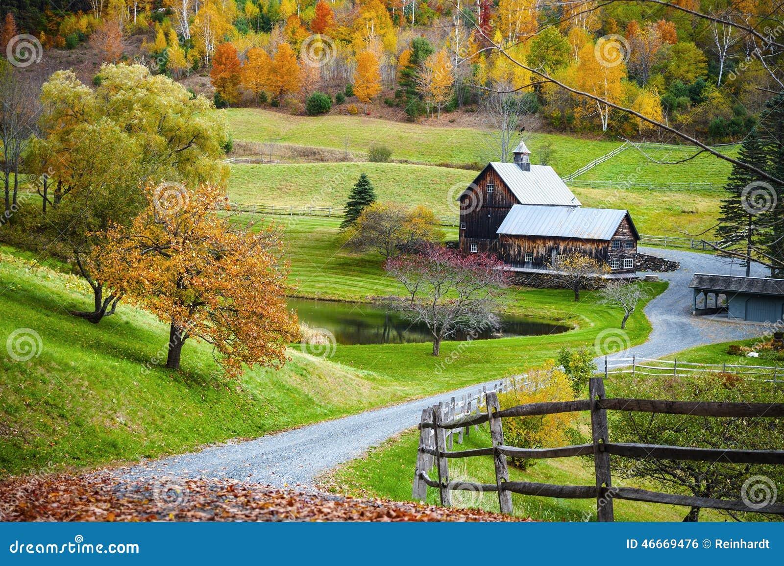 Campagna della Nuova Inghilterra, azienda agricola nel paesaggio di autunno