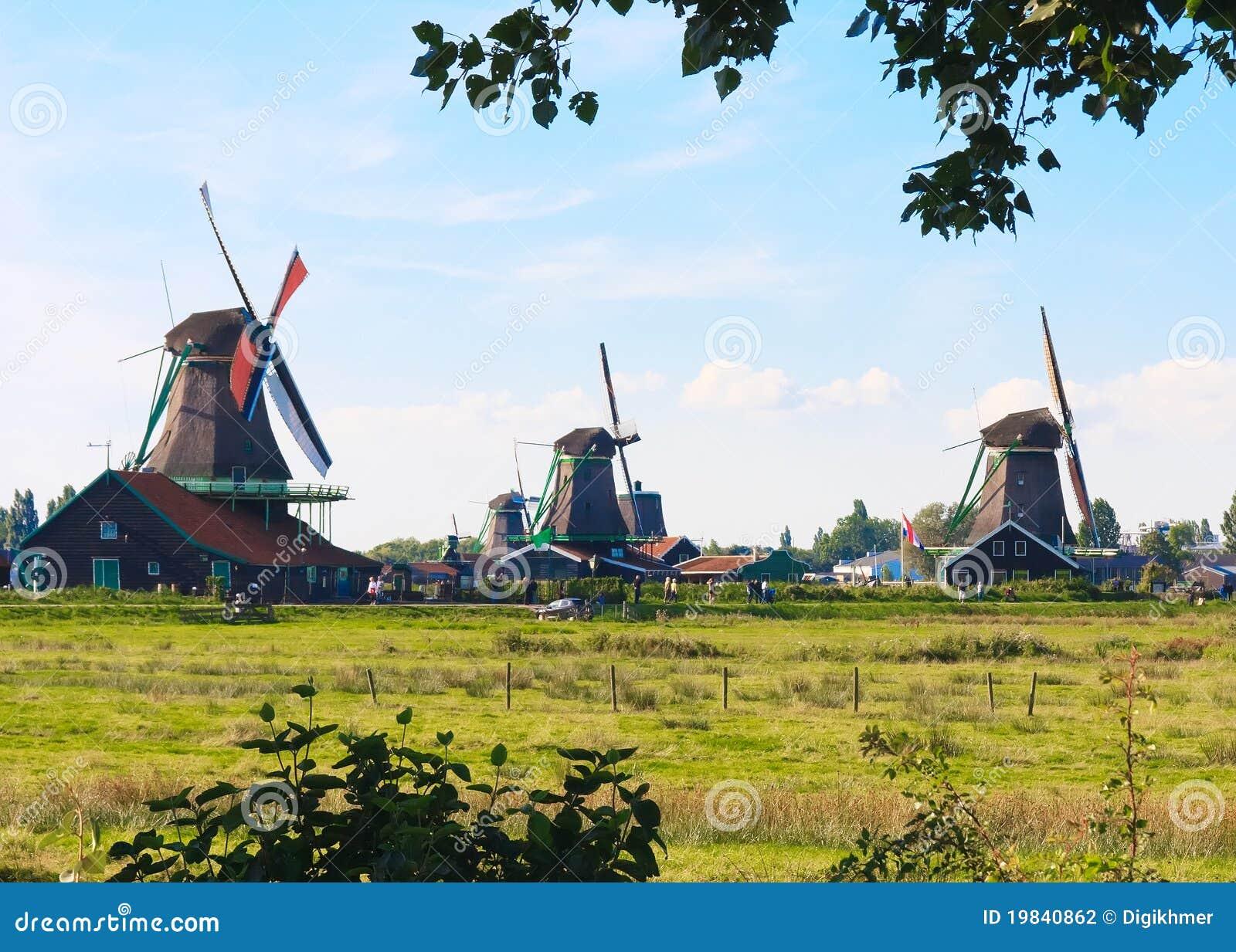 Campagna olandese con il mulino a vento