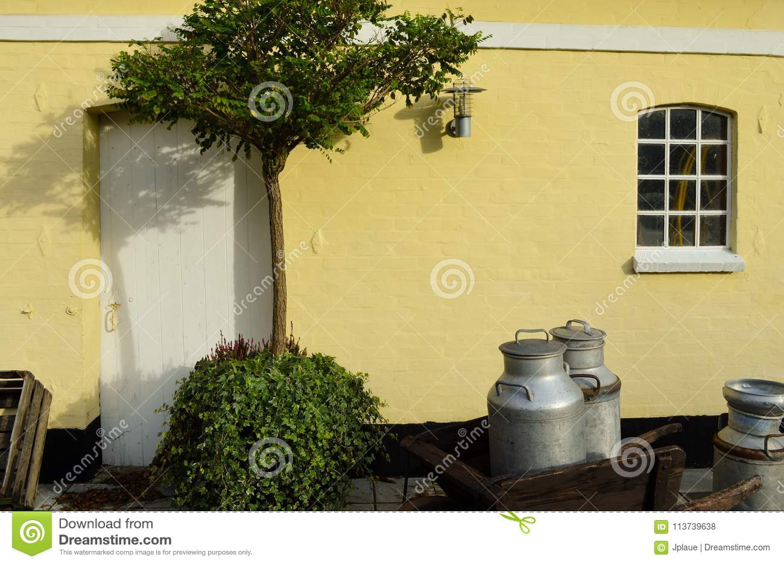 Campagne européenne danoise de lac de jardin de maison rurale