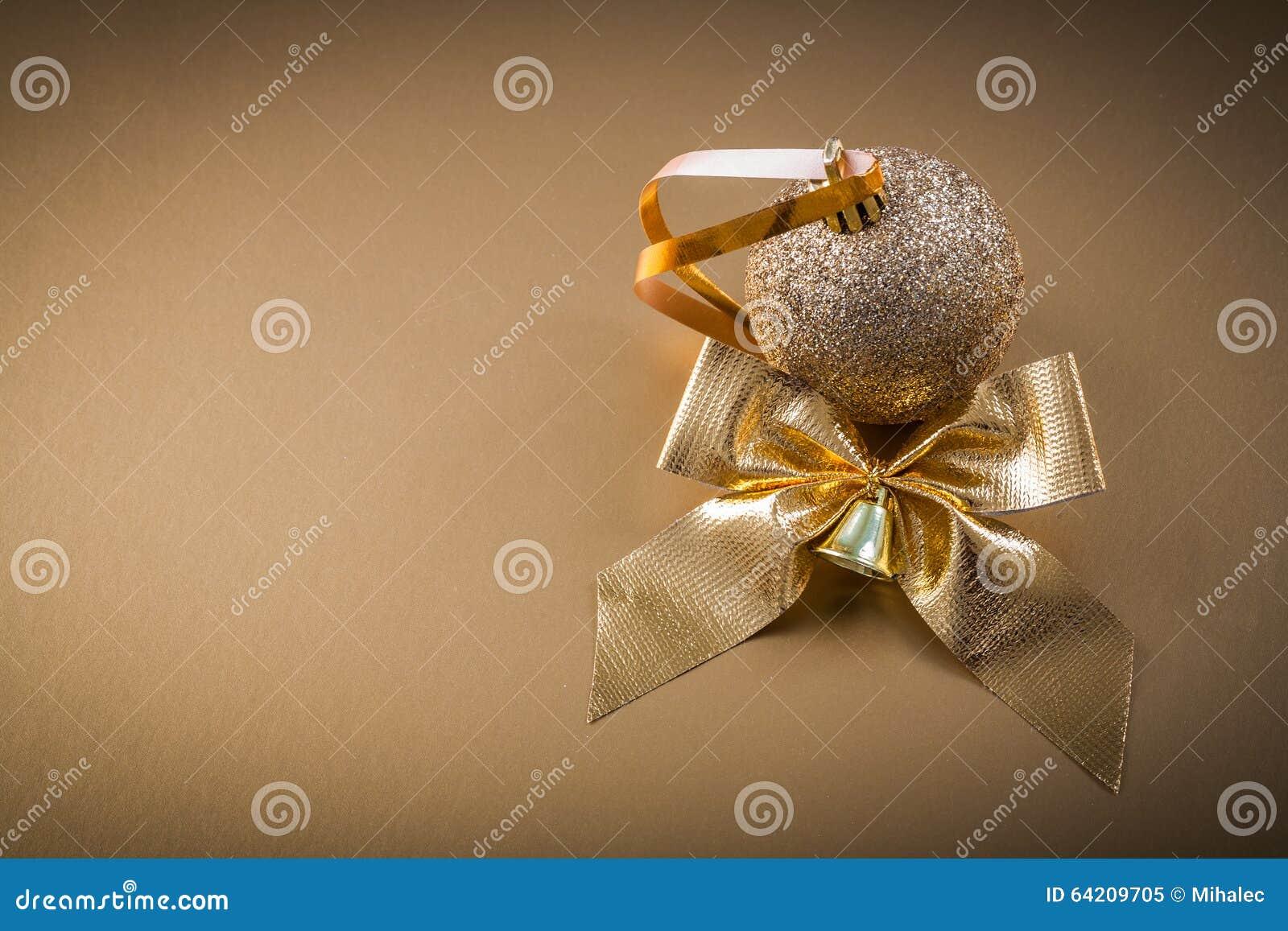 Campana del arco de la chuchería de la Navidad en fondo de oro