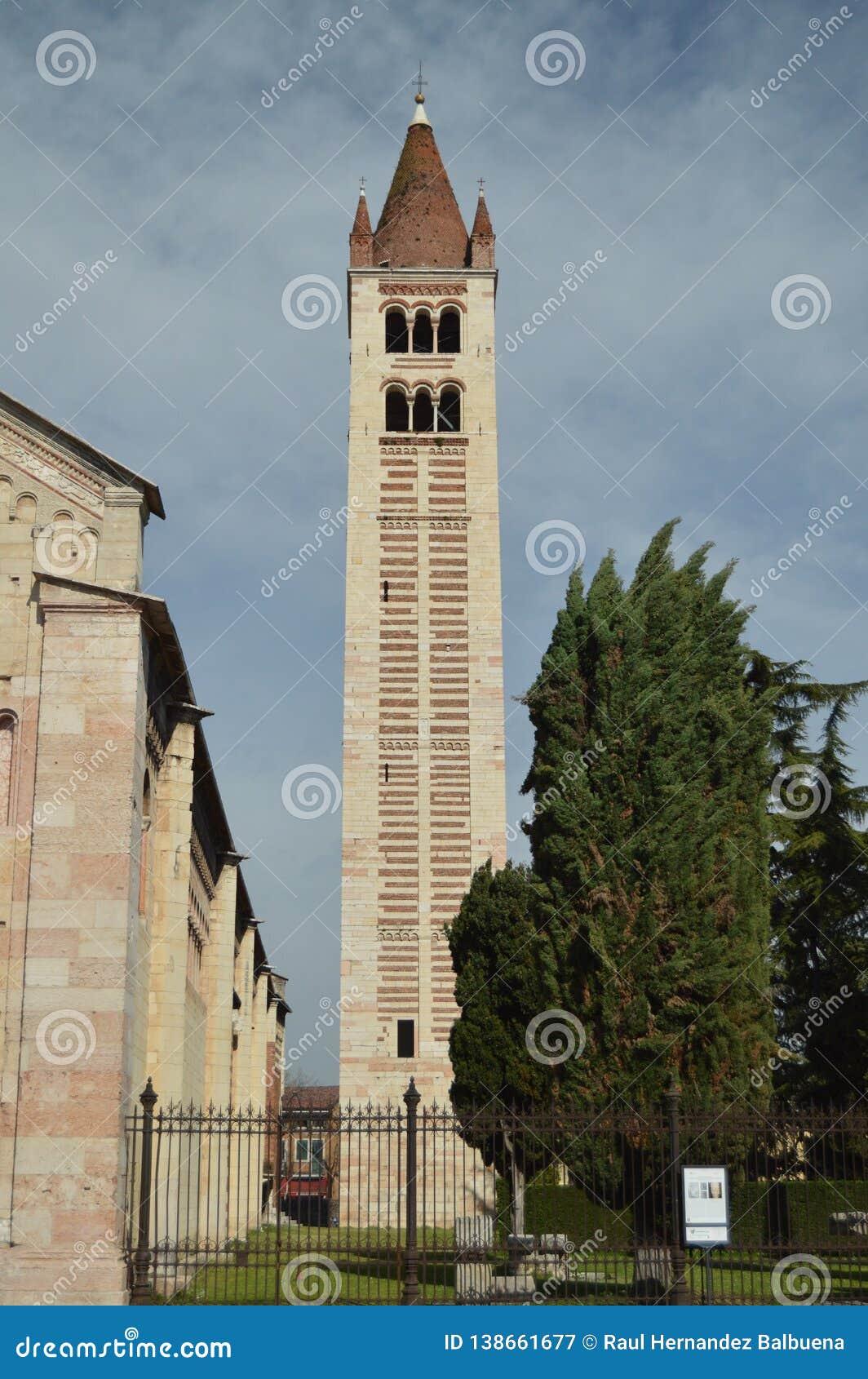 Campanario de la basílica de San Zenon In Verona