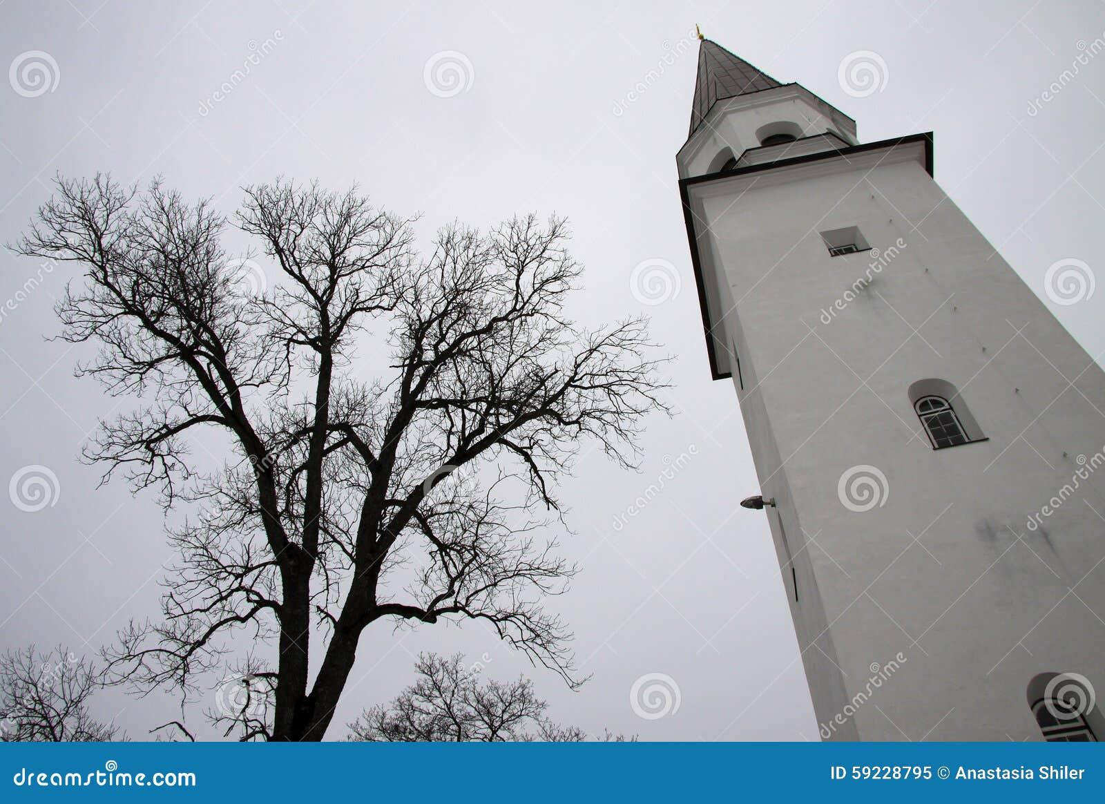 Campanario de la iglesia luterana vieja de St Berthold en Sigulda, Letonia