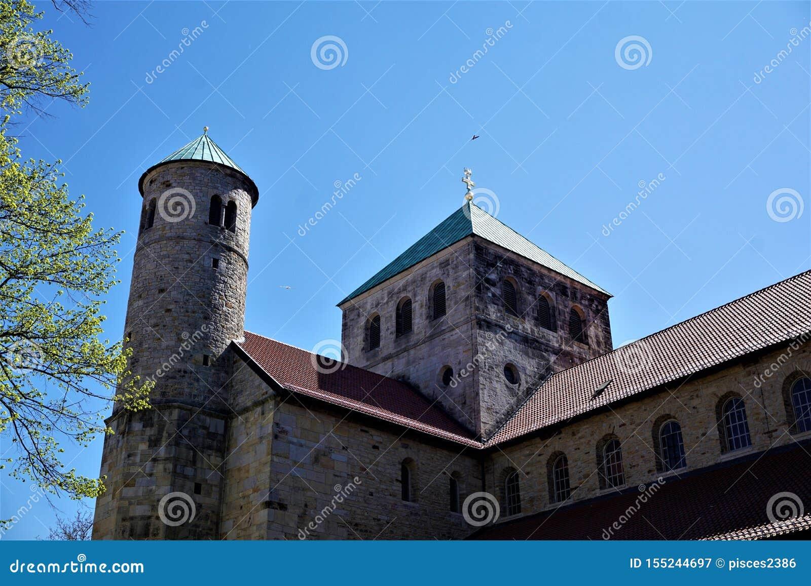 Campanili e rami di albero davanti alla chiesa di St Michael a Hildesheim
