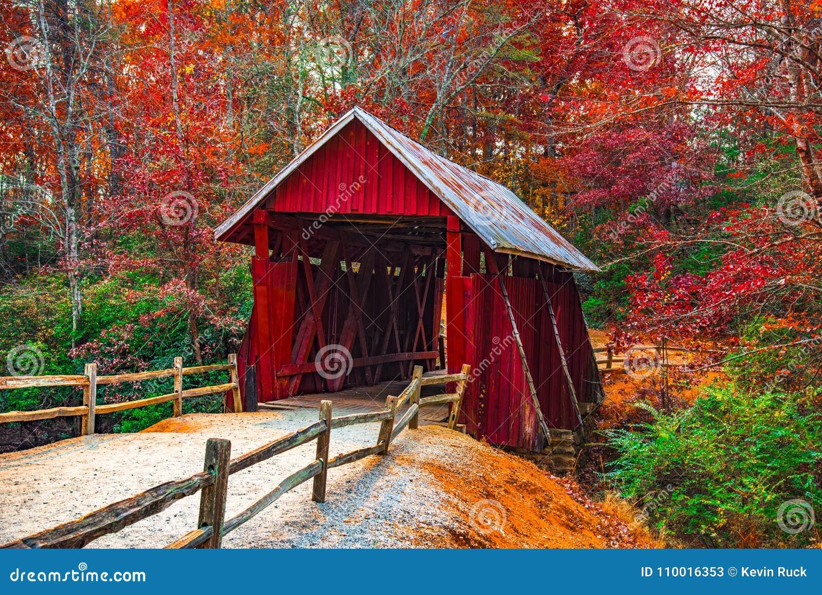 Campbells Behandelde Brug met Autumn Fall Colors Landrum Greenville-Zuid-Carolina